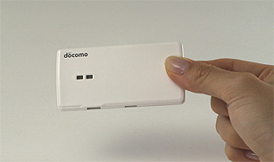ドコモ、SIMカードが入ってない端末でも通話・通信が可能になる小型認証デバイス「ポータブルSIM」を開発