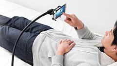 ベッド脇に固定すればもう顔に落とさない!サンワダイレクトから「スマホ寝ながらアームスタンド」が発売!